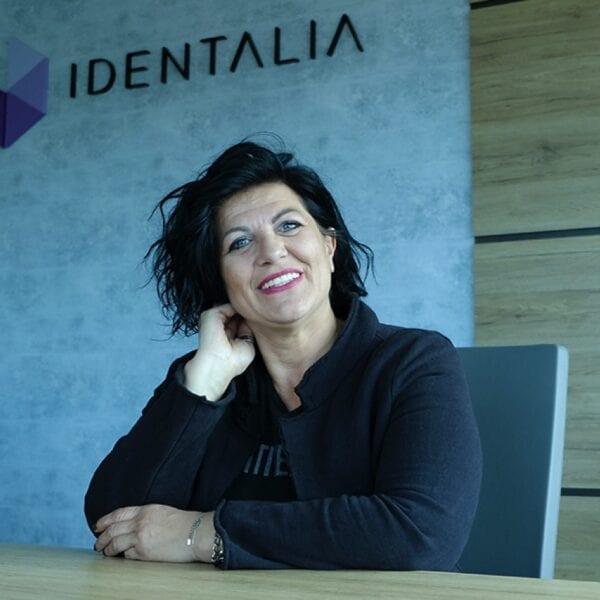 Identalia - persona soddisfatta con cure dentali